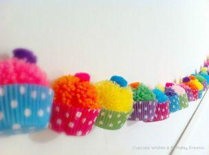 Fuente: http://cupcakewishesandbirthdaydreams.blogspot.be/2013/04/cupcake-monday-yarn-pom-pom-cupcake.html