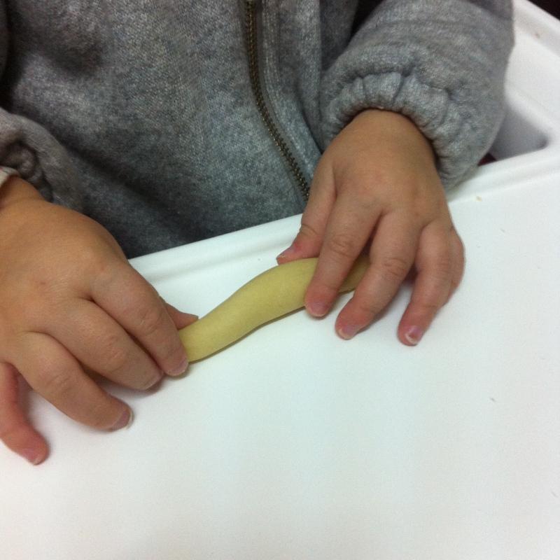 manos amasando las rosquillas palo